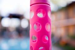Bottiglia di acqua di vetro di rosa caldo Fotografie Stock Libere da Diritti