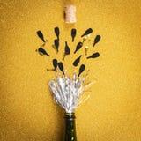 Bottiglia di apertura con lamé che simula champagne immagini stock libere da diritti