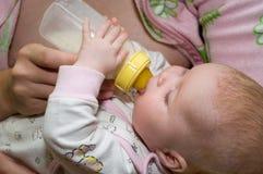 Bottiglia di bambino d'alimentazione Fotografie Stock Libere da Diritti