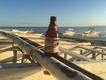 Bottiglia di birra ad un crogiolo di catamarano fotografia stock