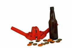 Bottiglia di birra, cappucci e capsulatrice Immagini Stock