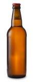 Bottiglia di birra con le gocce isolata su priorità bassa bianca immagine stock