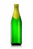 Bottiglia di birra con stagnola dorata isolata su fondo bianco Fotografia Stock Libera da Diritti