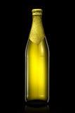 Bottiglia di birra con stagnola dorata isolata su fondo nero Immagine Stock Libera da Diritti