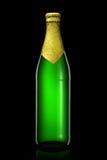 Bottiglia di birra con stagnola dorata su fondo nero Fotografie Stock Libere da Diritti