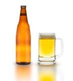 Bottiglia di birra con vetro isolato su bianco Fotografie Stock
