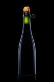 Bottiglia di birra, di sidro o di champagne isolati su fondo nero Fotografia Stock Libera da Diritti