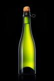 Bottiglia di birra, di sidro o di champagne isolati su fondo nero Fotografia Stock