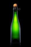 Bottiglia di birra, di sidro o di champagne isolati su fondo nero Immagini Stock Libere da Diritti