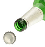 Bottiglia di birra e cappuccio verdi Fotografie Stock Libere da Diritti