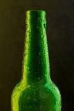 Bottiglia di birra fredda con le gocce sul nero Fotografia Stock Libera da Diritti
