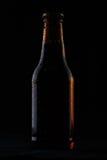Bottiglia di birra fredda su fondo nero Fotografia Stock