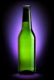 Bottiglia di birra o di sidro isolato su fondo blu scuro Fotografia Stock