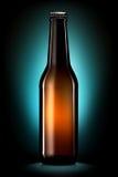 Bottiglia di birra o di sidro isolato su fondo blu scuro Immagine Stock