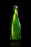 Bottiglia di birra o di sidro isolato su fondo nero Immagini Stock Libere da Diritti