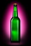 Bottiglia di birra o di sidro isolato su fondo viola Fotografia Stock