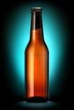 Bottiglia di birra o di sidro su fondo blu scuro Immagine Stock Libera da Diritti