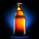 Bottiglia di birra o di sidro su fondo blu scuro Immagine Stock