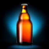Bottiglia di birra o di sidro su fondo blu scuro Fotografia Stock Libera da Diritti
