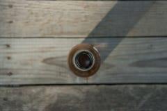 Bottiglia di birra su un fondo di legno Immagini Stock