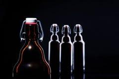 Bottiglia di birra sul nero Fotografia Stock