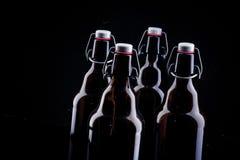 Bottiglia di birra sul nero Immagini Stock