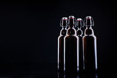Bottiglia di birra sul nero Immagine Stock