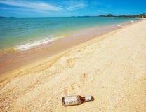Bottiglia di birra sulla spiaggia Fotografia Stock