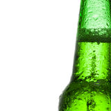 Bottiglia di birra verde con le gocce di acqua sopra fondo bianco - alto vicino Fotografie Stock