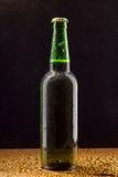 Bottiglia di birra verde fredda sul nero Fotografie Stock Libere da Diritti