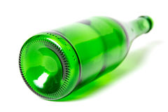 Bottiglia di birra verde su un fondo bianco Fotografia Stock