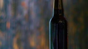 Bottiglia di Brown di birra video d archivio