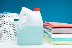 Bottiglia di candeggiante con le spugne pulite immagini stock libere da diritti