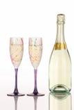 Bottiglia di Champagne con due vetri festivi Fotografia Stock Libera da Diritti