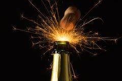 Bottiglia di Champagne con i firworks schioccanti Immagini Stock Libere da Diritti
