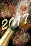 Bottiglia di champagne con sughero schioccante ai nuovi anni 2017 Fotografie Stock Libere da Diritti