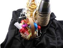 Bottiglia di champagne, delle palle di natale e della carta bianca dell'invito Fotografia Stock Libera da Diritti