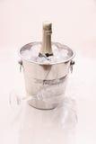 Bottiglia di Champagne in dispositivo di raffreddamento e due vetri del champagne Fotografia Stock Libera da Diritti