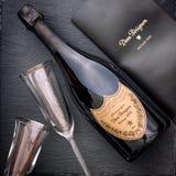 Bottiglia di Champagne Dom Perignon Vintage 2005 con il bicchiere di vino due fotografia stock libera da diritti