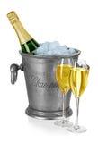 Bottiglia di champagne in secchiello del ghiaccio con lo stemware isolato Fotografie Stock Libere da Diritti