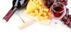 Bottiglia di grande vino con il bicchiere di vino ed il formaggio Immagini Stock