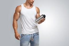 Bottiglia di modello maschio di scossa della proteina della tenuta di forma fisica muscolare Immagine Stock Libera da Diritti