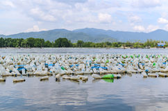 Bottiglia di molta plastica nel mare Fotografia Stock