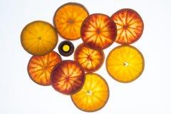 Bottiglia di olio essenziale con le fette dell'arancia sanguinella immagine stock libera da diritti