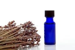 Bottiglia di olio essenziale dell'estratto della lavanda di Aromatherapy Immagini Stock