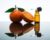 Bottiglia di olio essenziale mandarino/del mandarino con il contagoccia immagini stock libere da diritti