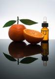 Bottiglia di olio essenziale mandarino/del mandarino con il contagoccia Fotografie Stock