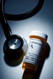 Bottiglia di pillola e stetoscopio Fotografie Stock Libere da Diritti