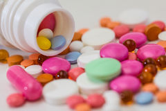 Bottiglia di pillola rovesciata Medicina delle pillole Fotografia Stock