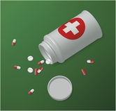 Bottiglia di plastica bianca della medicina con le compresse e le pillole Fotografie Stock Libere da Diritti
